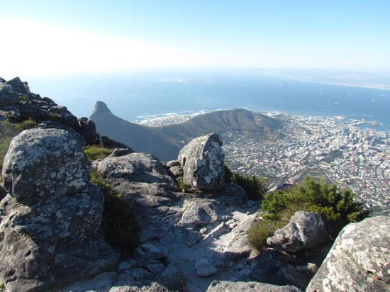 Montagne de la Table : The view of Lion's head and Signal hill from the top if Table Mountain, the city underneath and