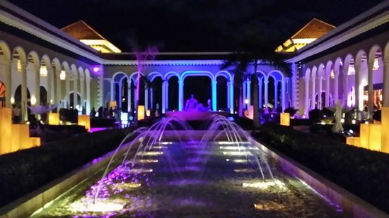 The Reserve at Paradisus Palma Real: Vista nocturna a plaza central de Palma Real