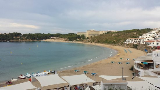 Club Hotel Aguamarina: looking towards hotel from otherend of beach