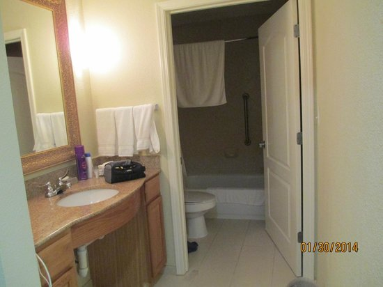 Homewood Suites by Hilton Sarasota : Roomy bathroom area