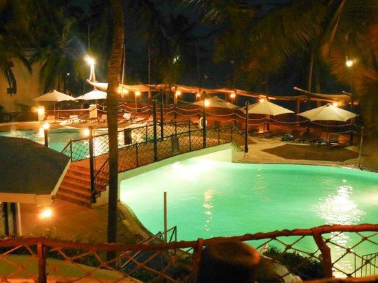 Voyager Beach Resort: Lively pool at night