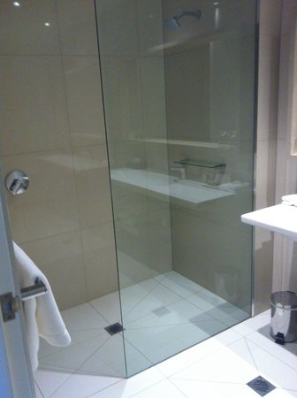 Quarters at Flinders Hotel: Delux shower