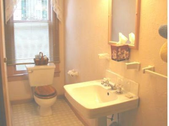 Mrs. Anderson's Lodging House: Room 1 Bathroom