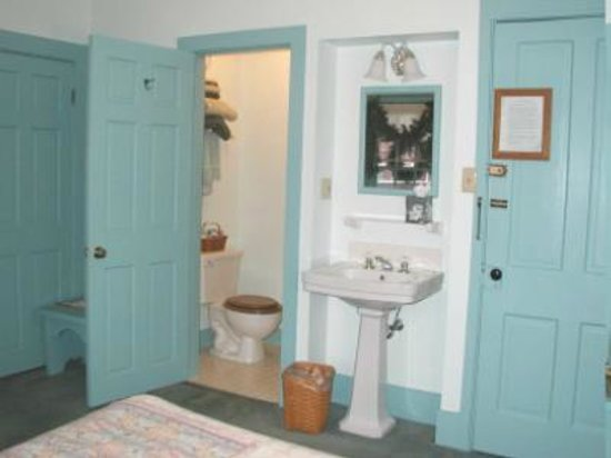 Mrs. Anderson's Lodging House: Room 2 bathroom