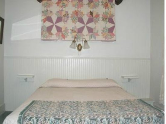 Mrs. Anderson's Lodging House: Room 10