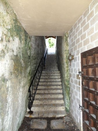 A Stone's Throw Away : Aufstieg/ Eingang