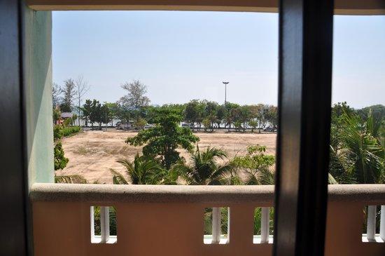 Aonang Ayodhaya Beach Resort: Вид из окна прихожей на море. У всех номеров так.