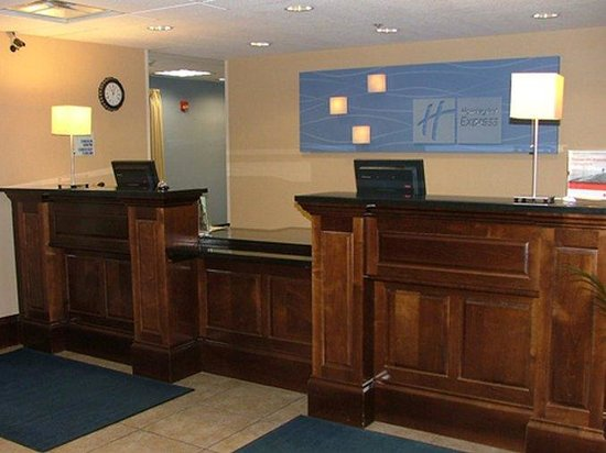 Holiday Inn Express New Buffalo: Front Desk