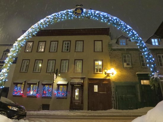Hotel Jardin Ste-Anne: Outside of the hotel during winter