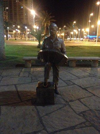 Ayres sur hotel: escultura de Astor Piazzola frente al casino
