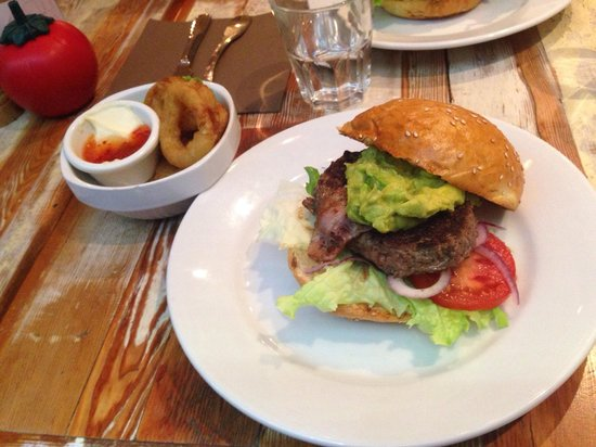 Bistro Burger Montorgueil : Avocat-Bacon Burger with Onion rings! Yummy!