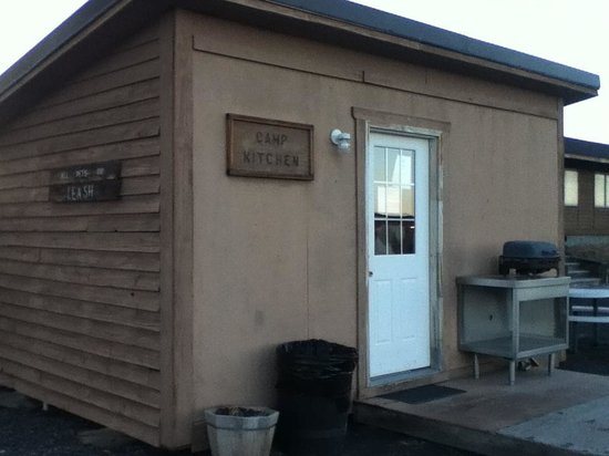 Crystal Crane Hot Springs: Camp Kitchen