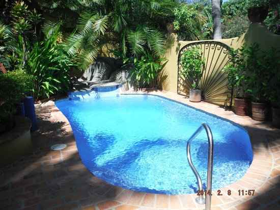 Roberto's Bungalows : View of the pool, looking to the west of the property.