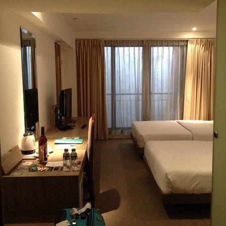 The E-Hotel Makati: 窓の外は隣の建物の部屋。