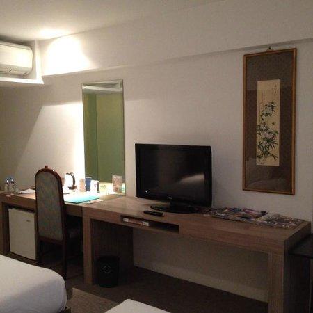The E-Hotel Makati: 掛け軸あり。テーブルの上もスペースは十分。