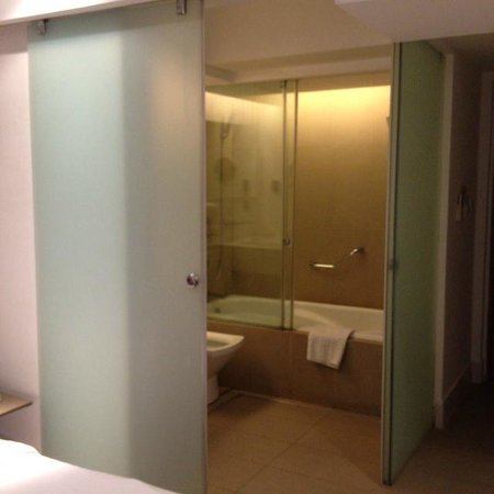 The E-Hotel Makati: バスルームのスライドドアはすき間あり。お湯は問題なし。シャワーは強くない。