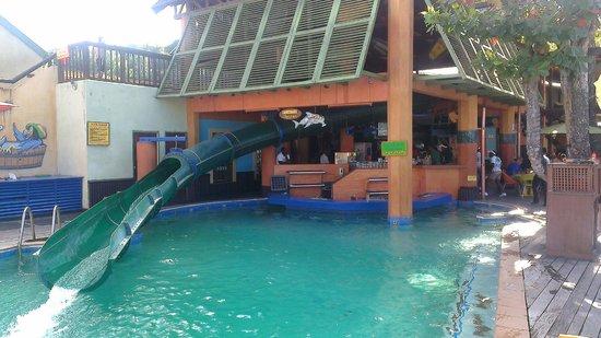 Jimmy Buffett's Margaritaville Ocho Rios: Pool bar