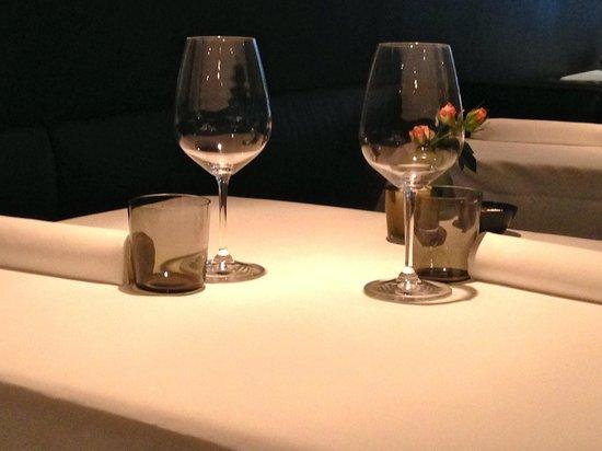 Pujol: Table setting, elegant.