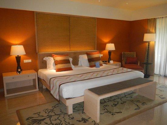 Conrad Bali: King bed.