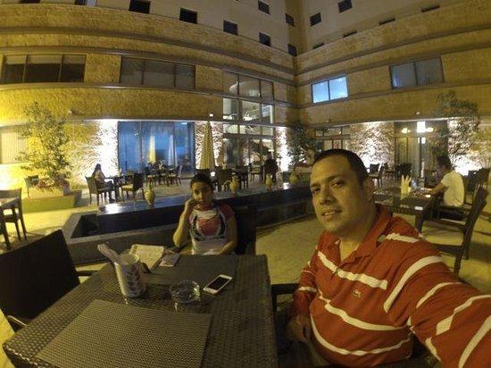 ibis Amman: En uno de sus restaurant esperando por la especialidad de esa noche, que era un fabuloso pescado