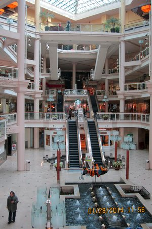 Harborplace & The Gallery : View of the atrium and the shopping levels