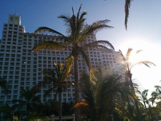Hotel Riu Emerald Bay: outside of resort