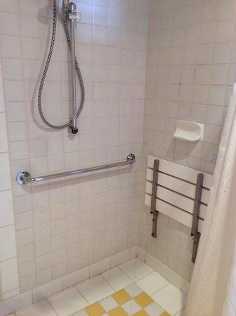 Quest Grand Hotel Melbourne: shower
