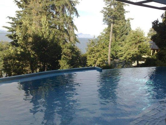 Design Suites Bariloche: Piscina climatizada, diseño hermoso, vista inigualable.