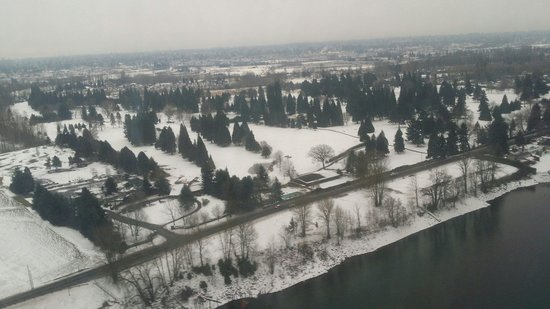 Sheraton Portland Airport Hotel: Portland PDX airport approach. The city is under a blanket of snow in February.