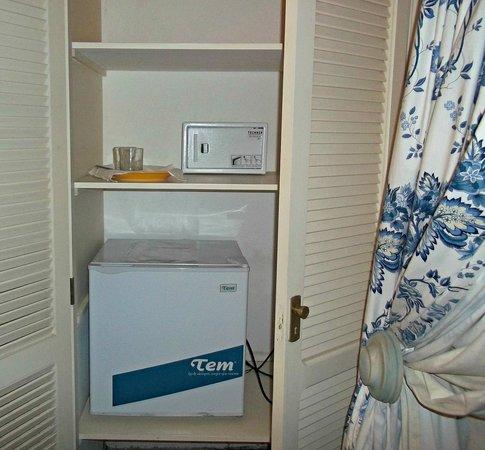 Casa Sagu : Heladera y caja seguridad habitacion Azul