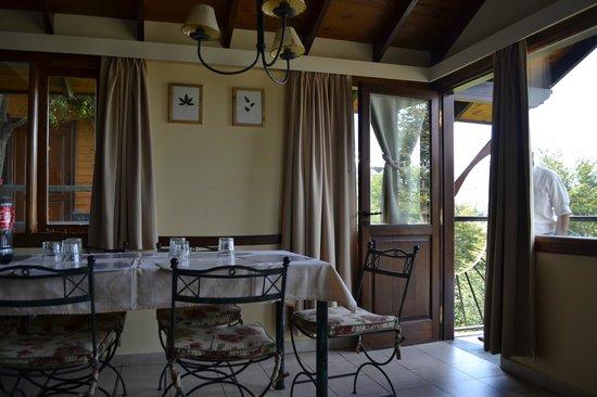 Cabañas Utaka: Comedor con salida al balcón