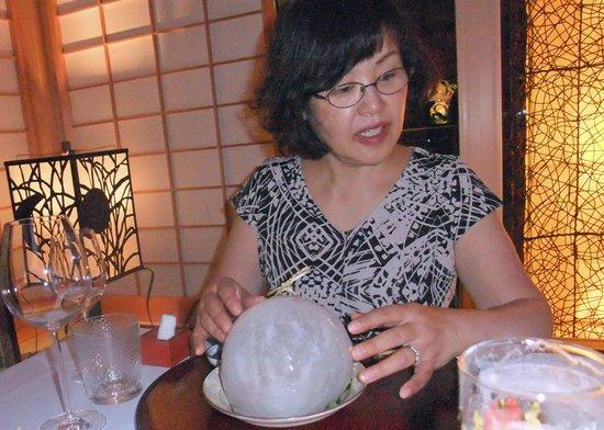Hotel Restaurant Ryokan: 球形の氷で覆われたお造り