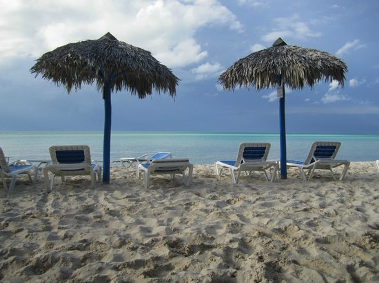 Memories Caribe Beach Resort: Quiet time on the beach at the end of the day