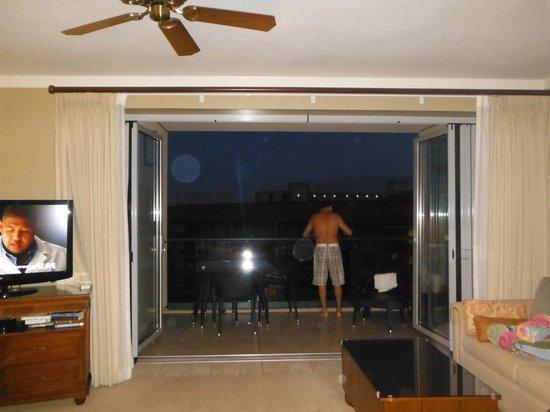 Honua Kai Resort & Spa: lanai doors open to have indoor/outdoor living