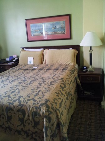 King George Hotel - A Greystone Hotel: Comfy room at the King George