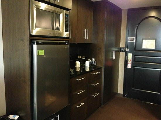 Grand Sierra Resort and Casino: Butler's Pantry with refrigerator and microwave