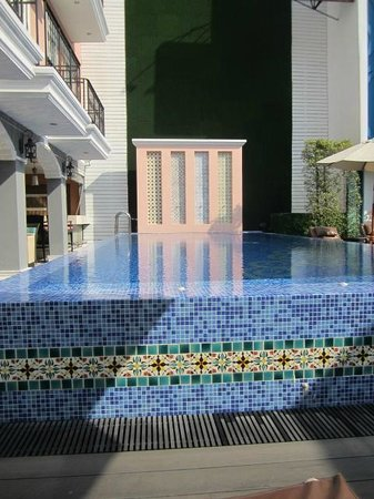 Salil Hotel Sukhumvit - Soi Thonglor 1: another pic of the pool as you enter from hotel entrance