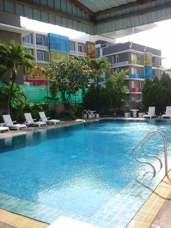 Ratchada City Hotel: สระว่ายน้ำ