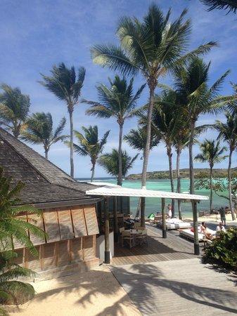 Le Sereno Hotel: Le restaurant et la piscine, vue de l'entree du Sereno