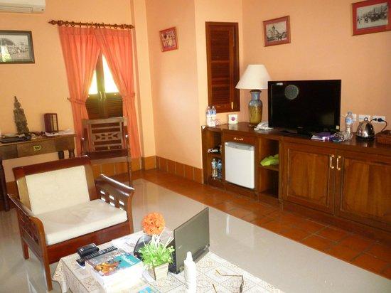 The Pe La Resort: Living room of 1 bedroom bungalow