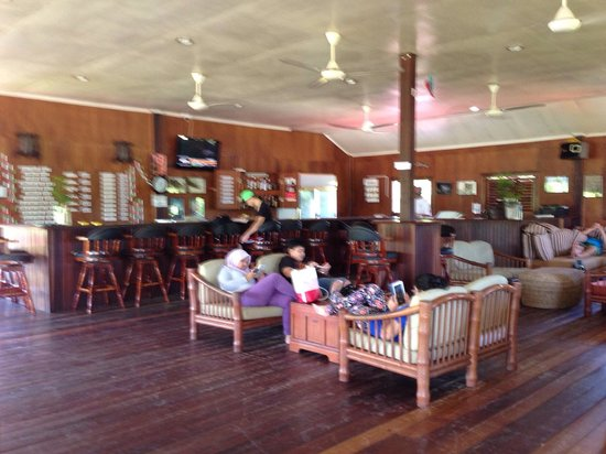Scuba Junkie Mabul Beach Resort: This is the bar to chill with others