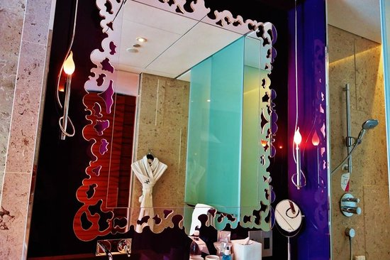W Singapore Sentosa Cove: a stylish mirror in the bathroom