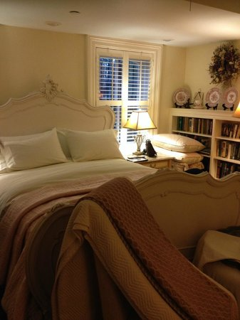 Justine Inn Savannah: Beautiful white hand-carved sleigh bed, very comfy.