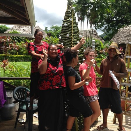 Samoan Outrigger Hotel: Outriggers Staff putting up the Christmas Tree