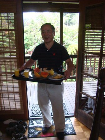 Lotus Garden Cottages: Our Host! With af course another fine breakfast!