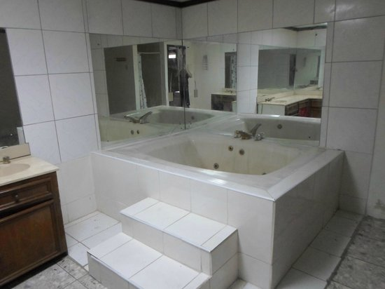 Palmiste Guest House & Hotel : bath tub only in double queen room