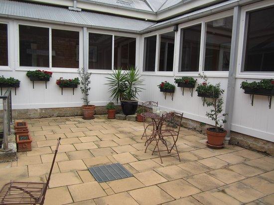 Fitzroy Inn: Courtyard