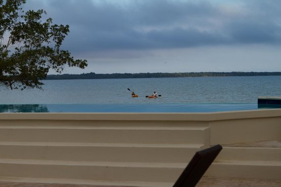 The Crimson Orchid Inn : Pool overlooking bay