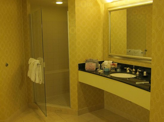 Planet Hollywood Resort & Casino: Separate shower stall