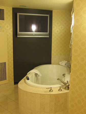 Planet Hollywood Resort & Casino: Bathroom with tub and TV